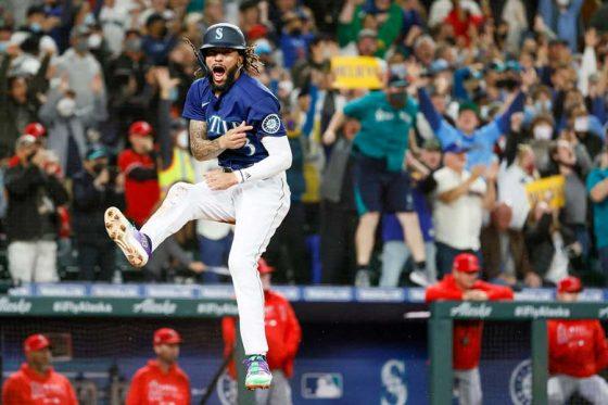 エンゼルスに逆転勝利してマリナーズはプレーオフ進出への望みをつなぐ【写真:Getty Images】