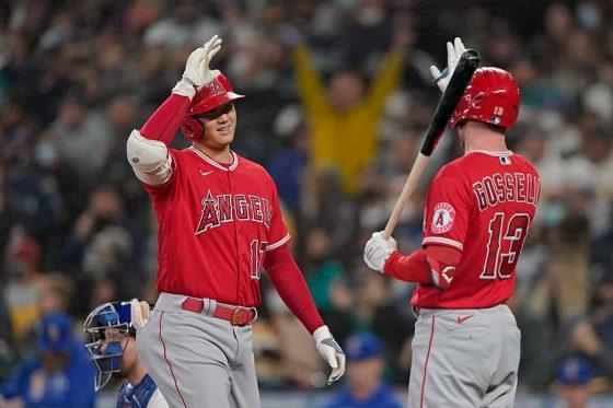 先頭打者本塁打を放ったエンゼルス・大谷翔平(左)【写真:AP】