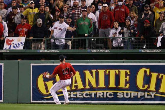 レッドソックスのハンター・レンフローに当たった球がスタンドへ【写真:Getty Images】