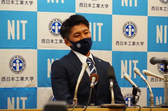 指名を受け笑みを浮かべる西日本工大・隅田知一郎【写真:上杉あずさ】