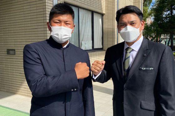 松川虎生(左)の指名挨拶に訪れたロッテ・井口監督【写真提供:千葉ロッテマリーンズ】