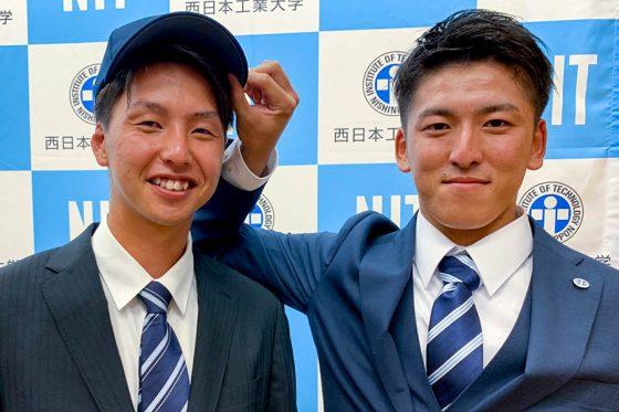 西武から1位指名を受けた西日本工大・隅田知一郎(右)と大学でコンビを組んだ山名浩伸捕手【写真:上杉あずさ】